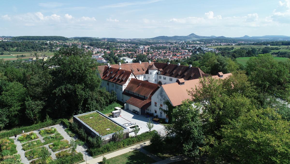 Schloss Filseck mit Blick Richtung Nordost. Im Hintergrund die drei Kaiserberge